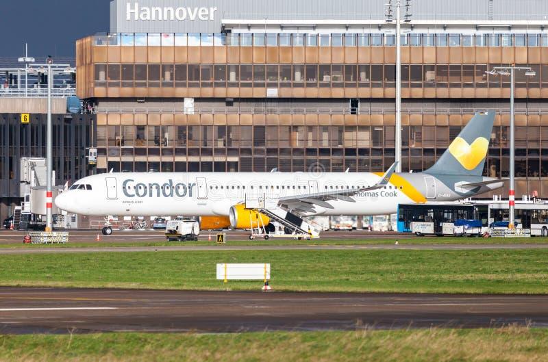 Аэробус a 321 от кондора авиакомпании управляет на авиапорте к взлётно-посадочная дорожка стоковая фотография rf