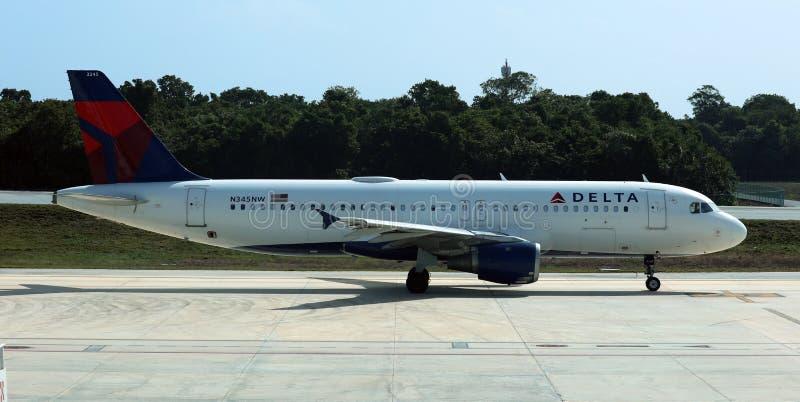 Аэробус 320 перепада принимая аэропорт DTW США Детройт стоковое изображение