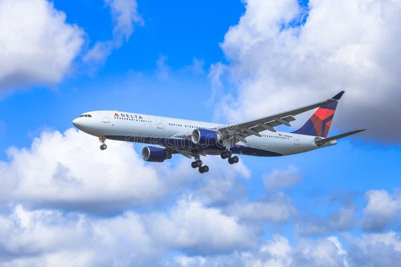 Аэробус перепада под драматическими небесами стоковая фотография