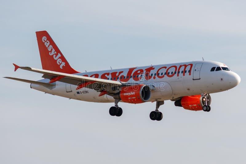 Аэробус A319-111 - 2866, работанный посадкой easyJet стоковые фотографии rf