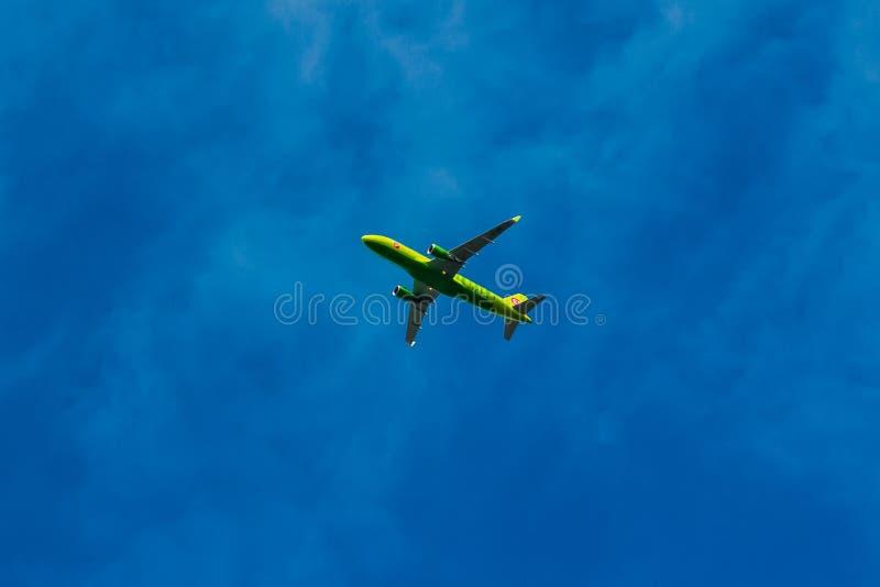 Аэробус A320 самолета компании S7 в небе стоковая фотография