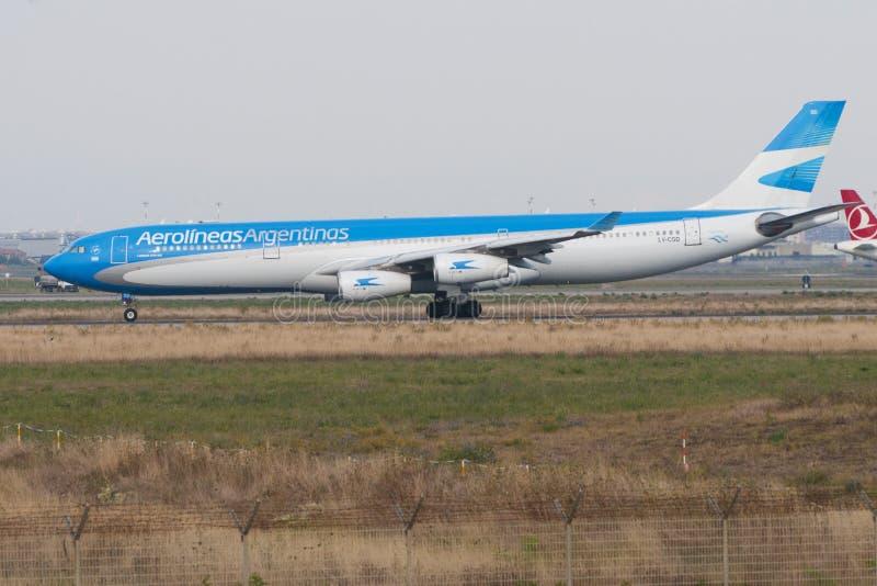 Аэробус A-340 Aerolineas Argentinas в подготовке к взяти- стоковое изображение