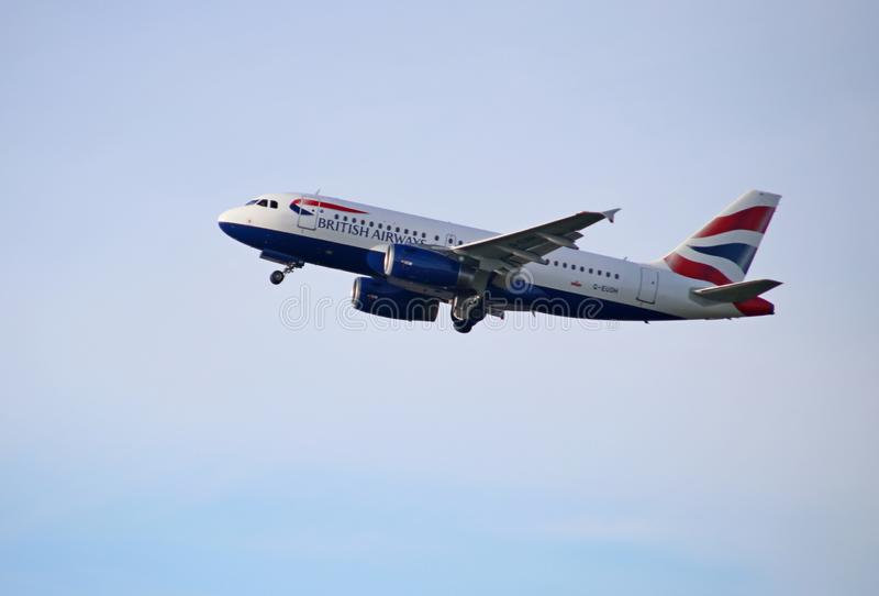 Аэробус A319-131 G-EUOH British Airways уходит от Kaagbaan (06-24) Schiphol Амстердама Нидерланд стоковая фотография rf
