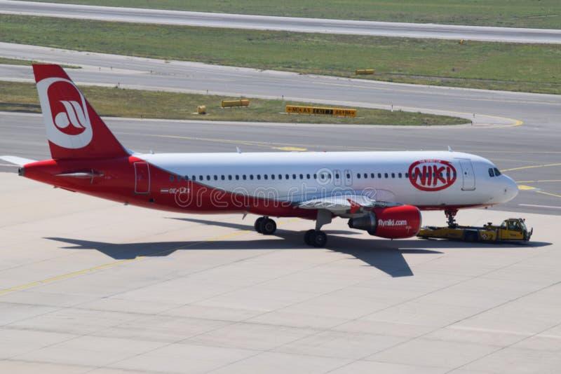 Аэробус a320 Niki ездя на такси к взлётно-посадочная дорожка на авиапорте вены стоковые изображения