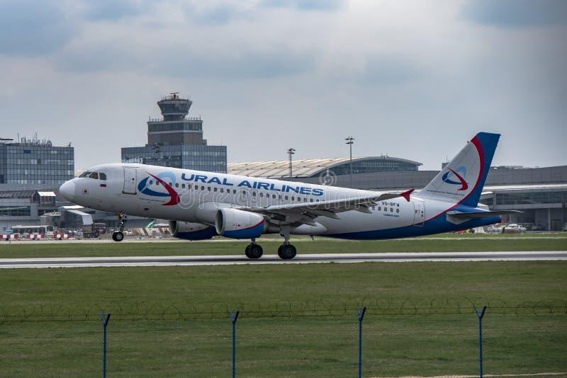 Аэропорт Прага Ruzyne-LKPR, авиакомпании Ural аэробуса стоковая фотография