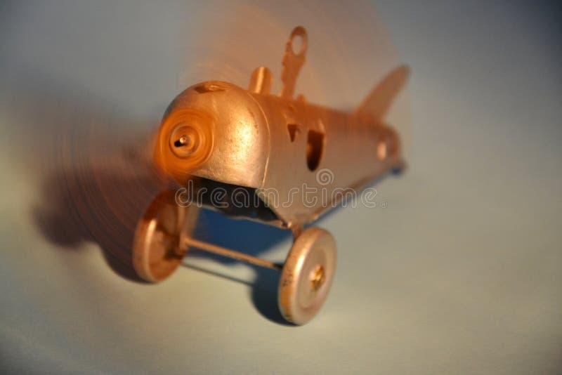 Download Аэроплан игрушки олова стоковое изображение. изображение насчитывающей муха - 40584467