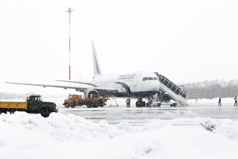 Аэродромное обслуживание Boeing-767 обслуживания и службы технической поддержки на авиапорте Петропавловск-Kamchatsky стоковое фото rf