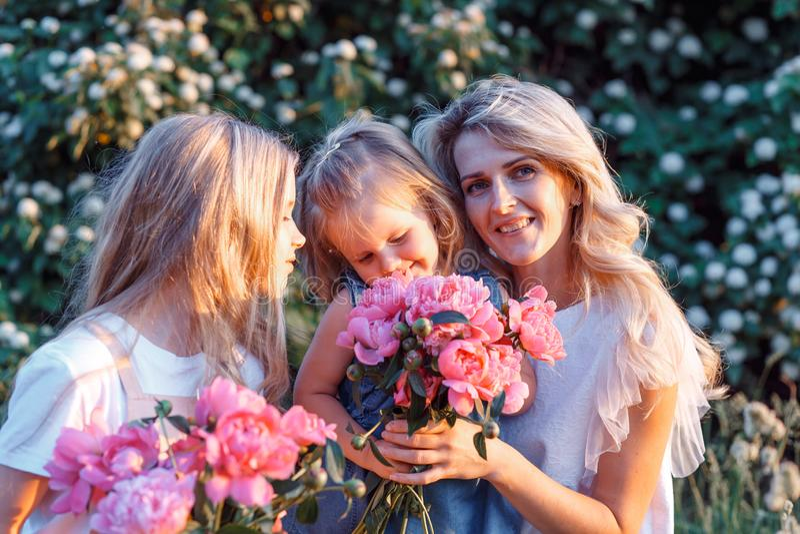 а μητέρα και δύο с κόρες με μικρά παιδιά Έννοια της ευτυχισμένης μητρότητας στοκ φωτογραφίες