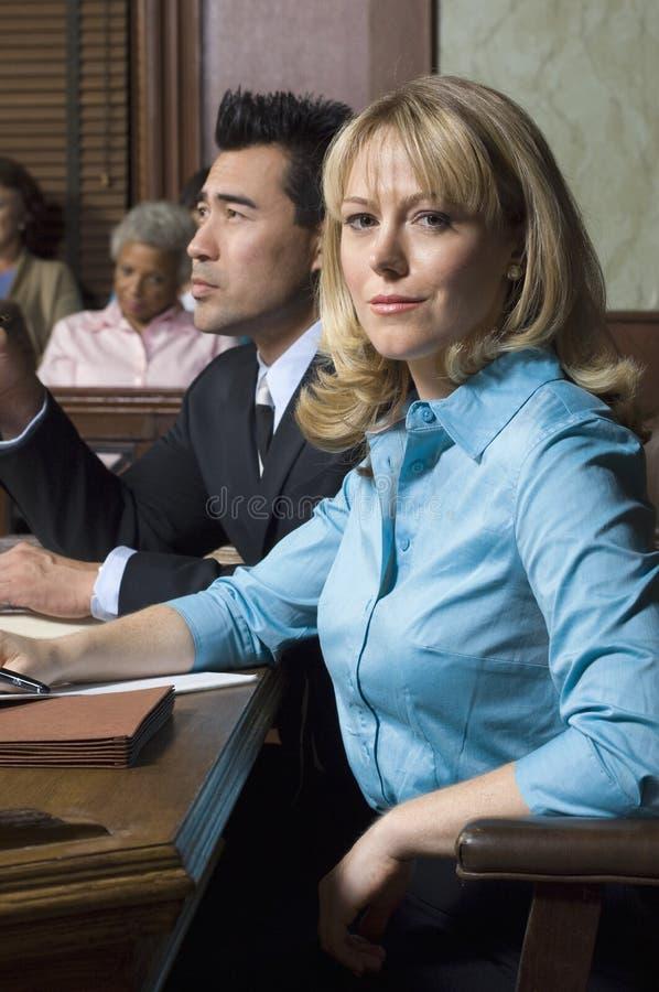 Адвокат защиты с клиентом в суде стоковое изображение rf