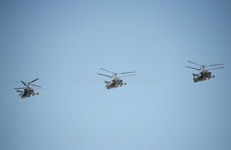 ` Аллигатора ` рекогносцировки и штурмового вертолета Ka-52 на репетиции победы проходит парадом в Москве стоковые фотографии rf