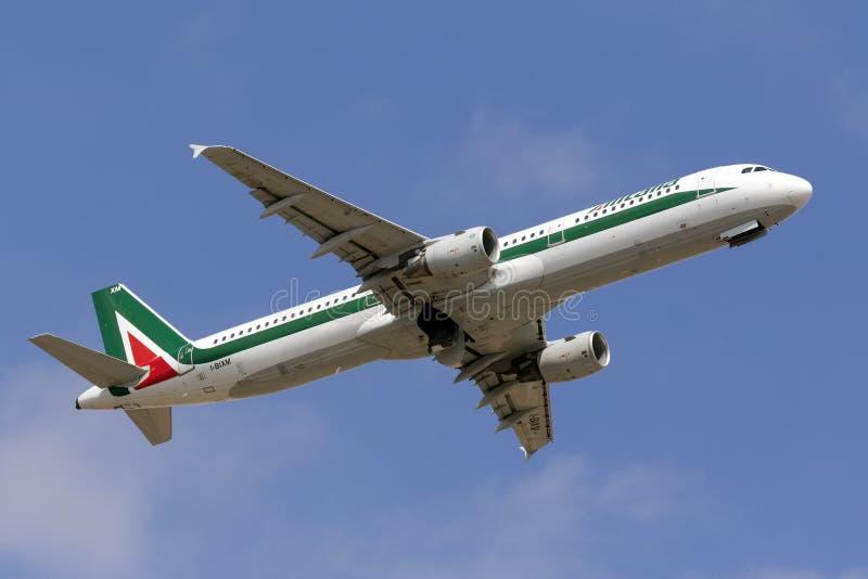 Алиталиа A321 взбираясь после принимает  стоковые изображения