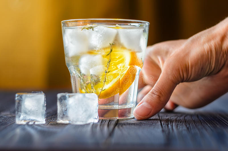 Алкогольный напиток с лимоном и льдом стоковое изображение rf