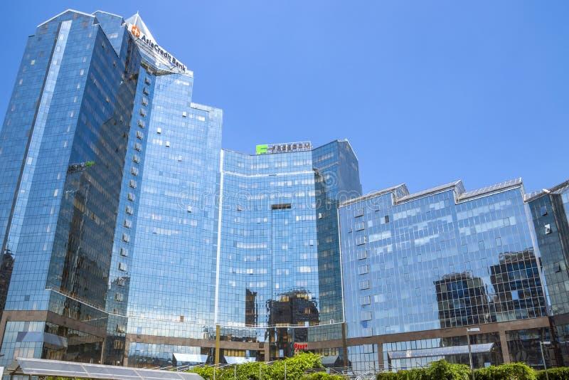 Алма-Ата - Tau Nurly делового центра стоковые изображения