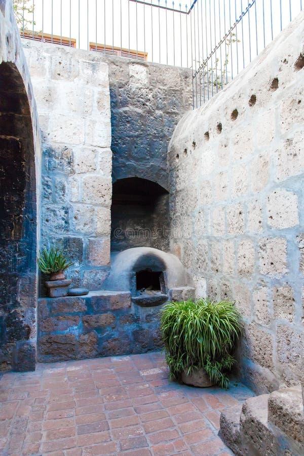 Алтар и значки в старой церков в Arequipa, Перу, Южной Америке. Площадь de Armas Arequipa стоковое изображение