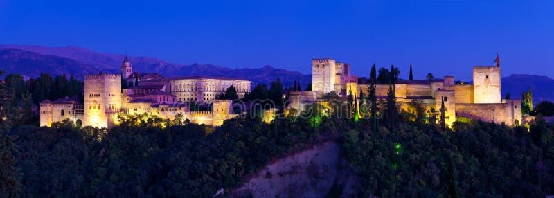 Альгамбра de Гранада, гигантское панорамное на ноче стоковое фото rf