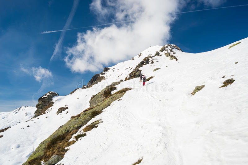 Альпинизм к верхней части горы стоковое фото rf