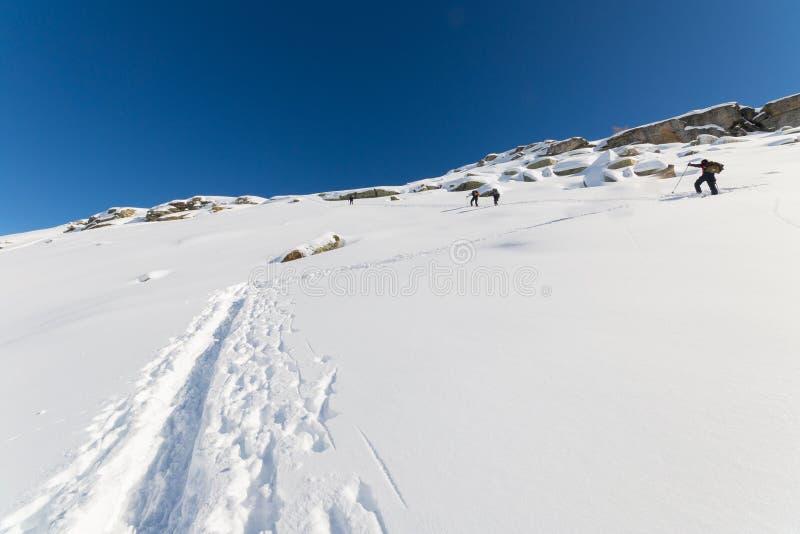 Альпинизм к верхней части горы стоковая фотография rf