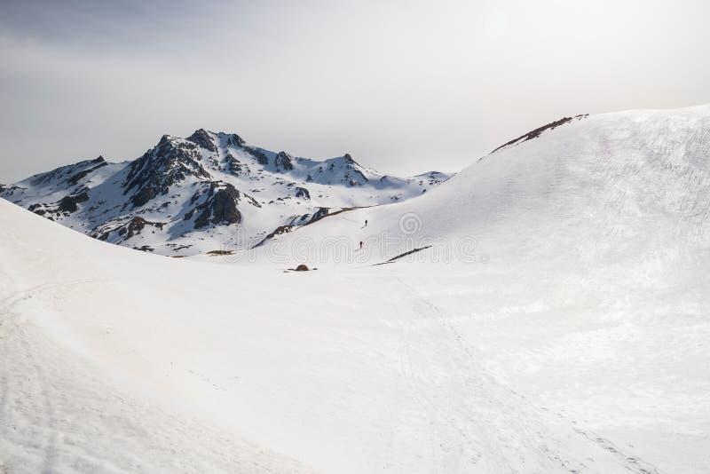 Альпинизм к верхней части горы стоковые фото