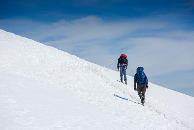 Альпинисты идут вверх на ледник стоковое изображение