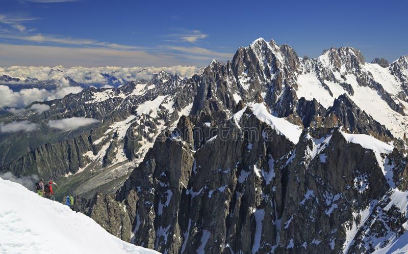 Альпинисты на горах Альпов француза около Aiguille du Midi, Франции стоковое фото