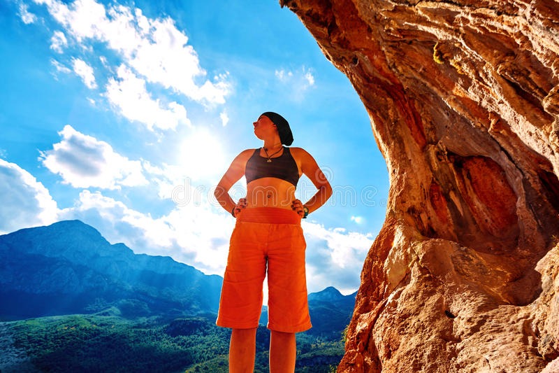 Альпинист девушки в пещере стоковое фото rf