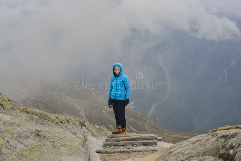 Альпинист девушки самостоятельно на деревянном пути стоковая фотография rf