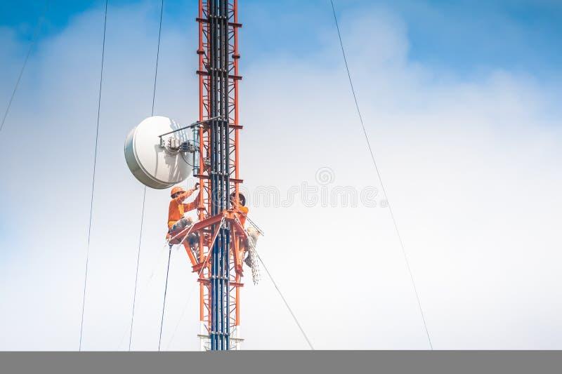 Альпинист и работа башни стоковая фотография
