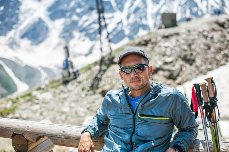 Альпинист молодого человека сидя на держателе Cheget стоковые фотографии rf