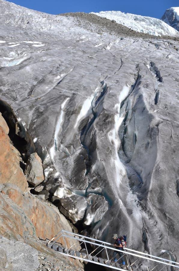 Альпинист на леднике стоковое фото