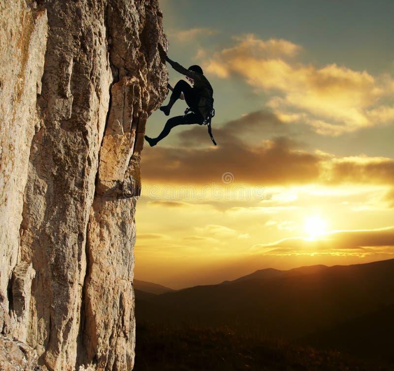 Альпинист на заходе солнца стоковые фото