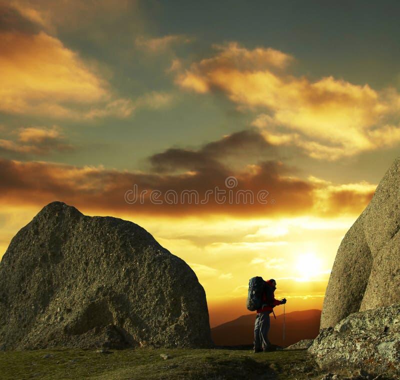 Альпинист на заходе солнца стоковые изображения rf
