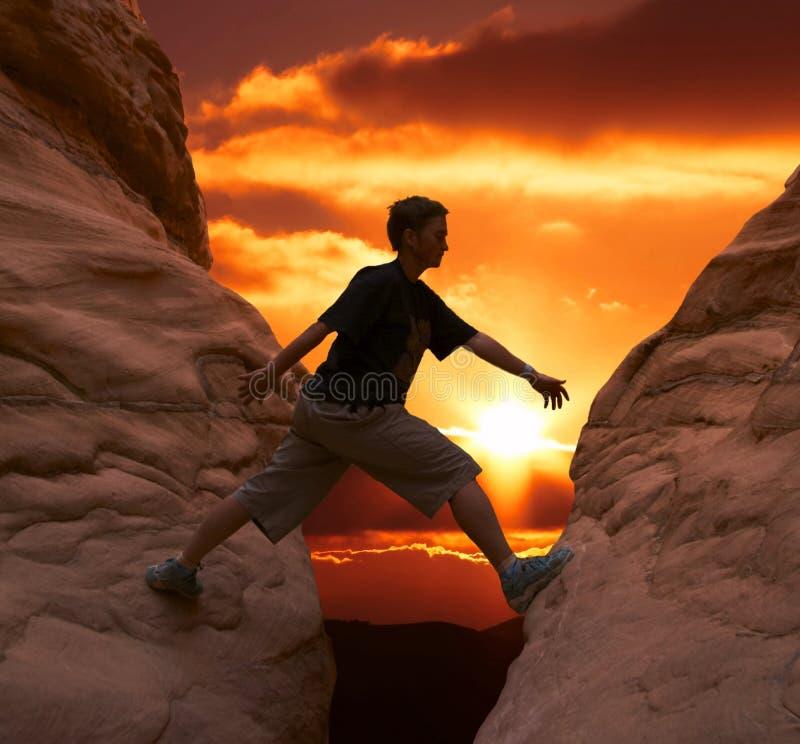 Альпинист на заходе солнца стоковая фотография rf