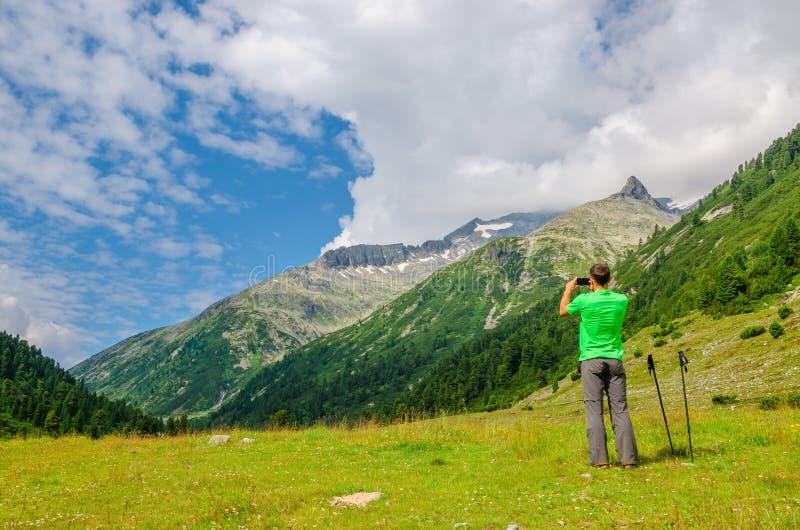 Альпинист принимая фото высокогорный ландшафт, Австрию стоковые фотографии rf