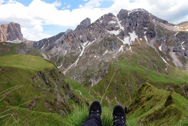 Альпинист с его ногами на крае стоковые изображения