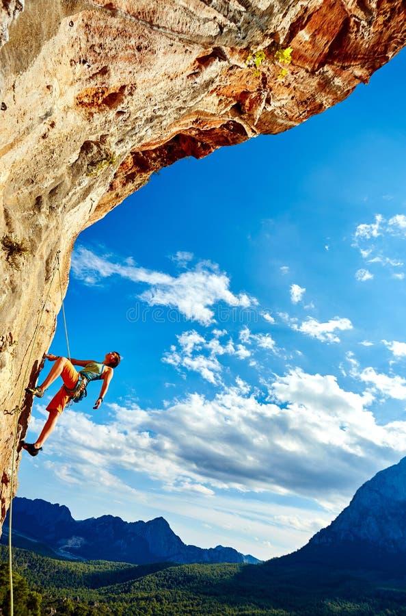 Альпинист утеса взбираясь вверх скала стоковые изображения