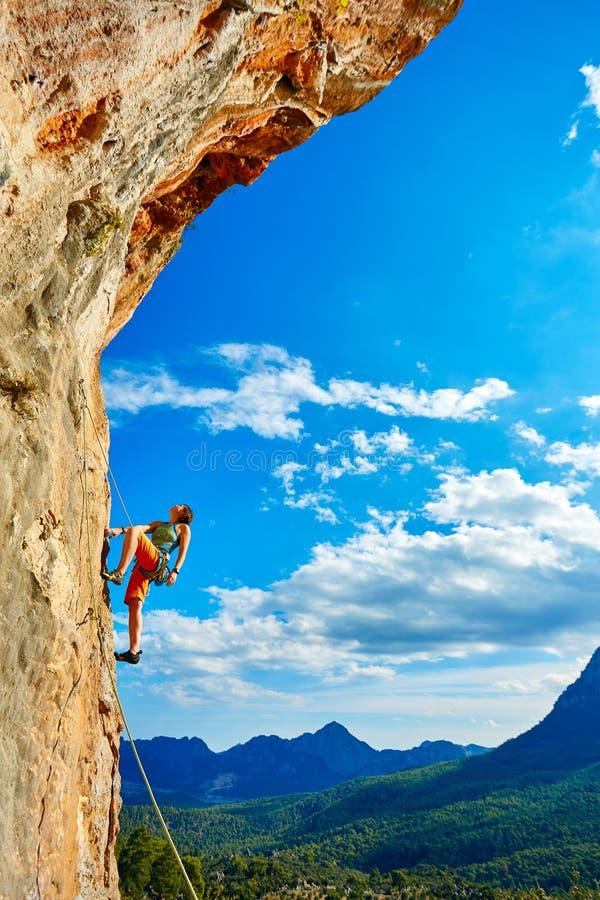Альпинист утеса взбираясь вверх скала стоковое изображение