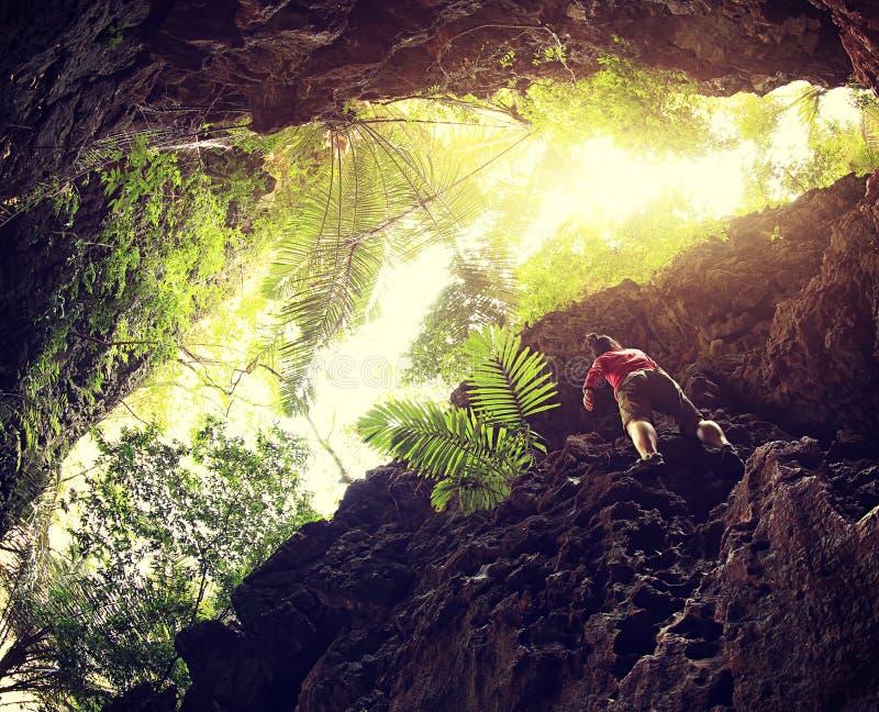 альпинист утеса взбираясь на скале горы стоковые изображения