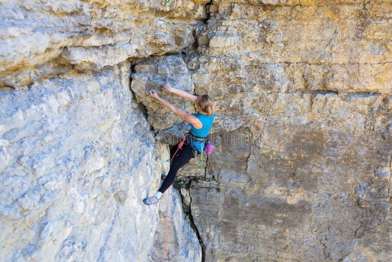 Альпинист утеса девушки стоковое изображение rf