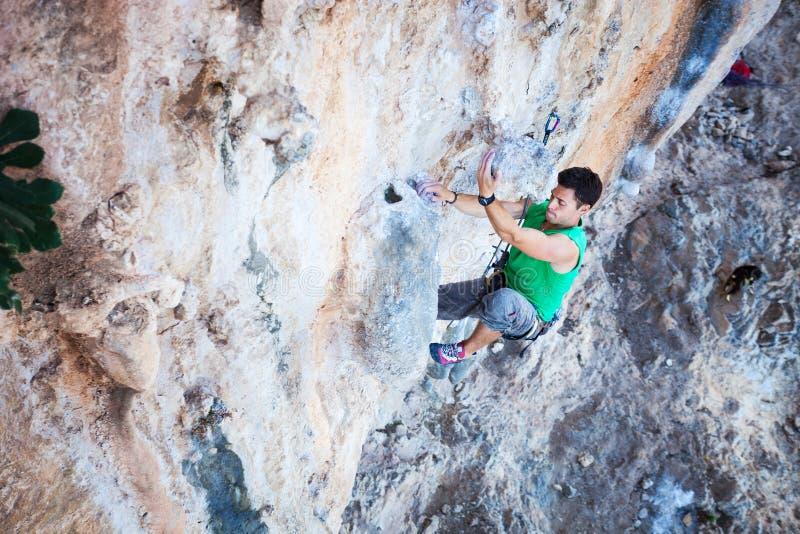Альпинист утеса на скале стоковое изображение rf