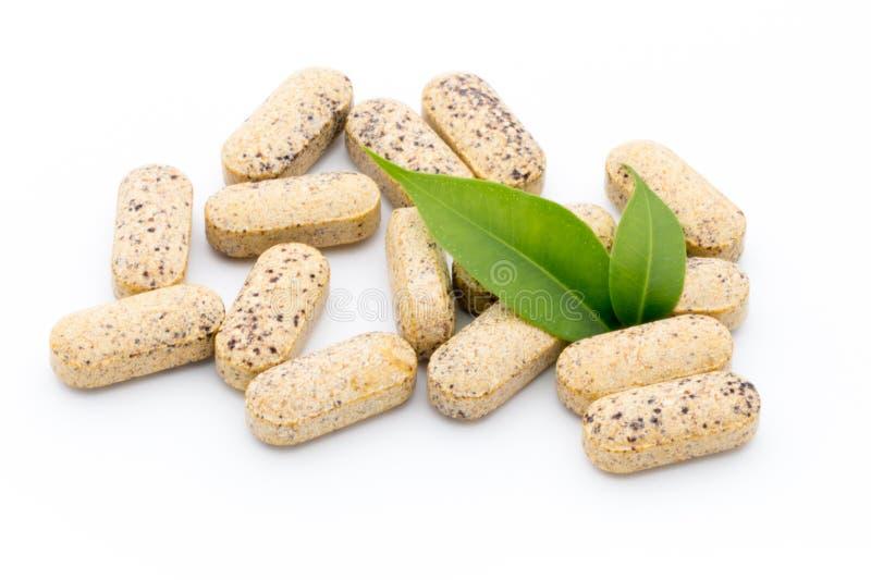 альтернативный bamboo поднос спы микстуры деталей ginkgo biloba ванны Капсулы витамина Гомеопатическое дополнение стоковые фотографии rf