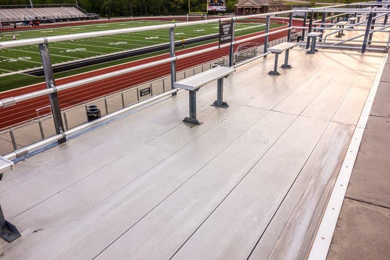 Алюминиевые посадочные места на стадионе средней школы стоковая фотография