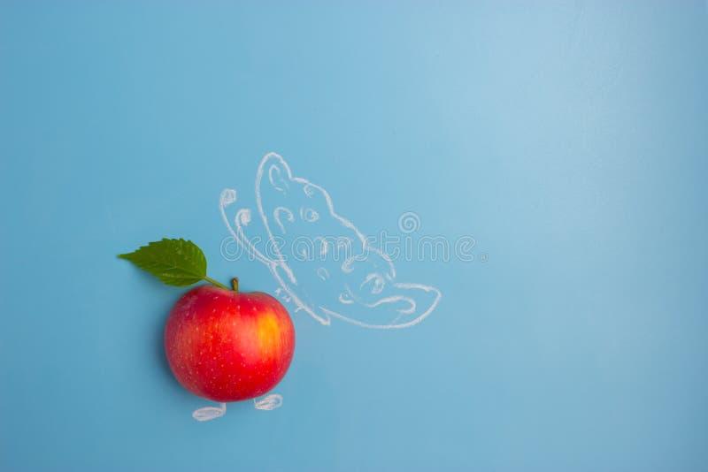 Бабочка на яблоке стоковое изображение