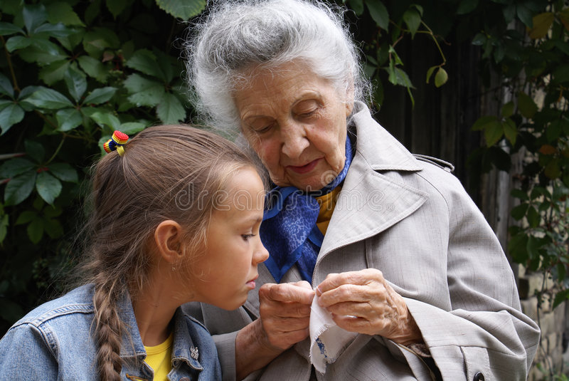 бабушка внучки она стоковая фотография