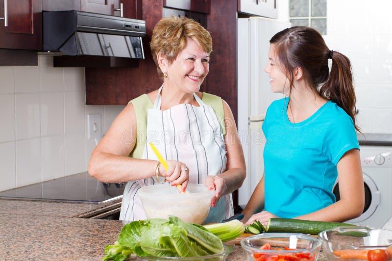 бабушка внучки предназначенная для подростков стоковые фото