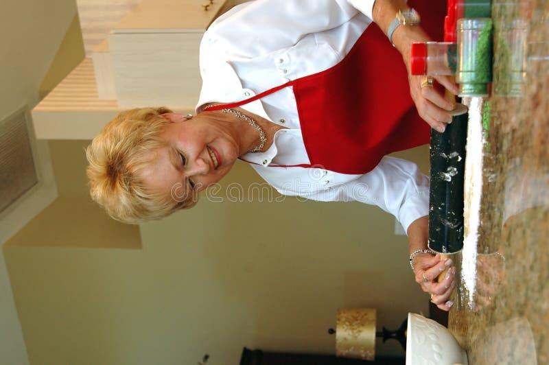 бабушка выпечки стоковое изображение rf