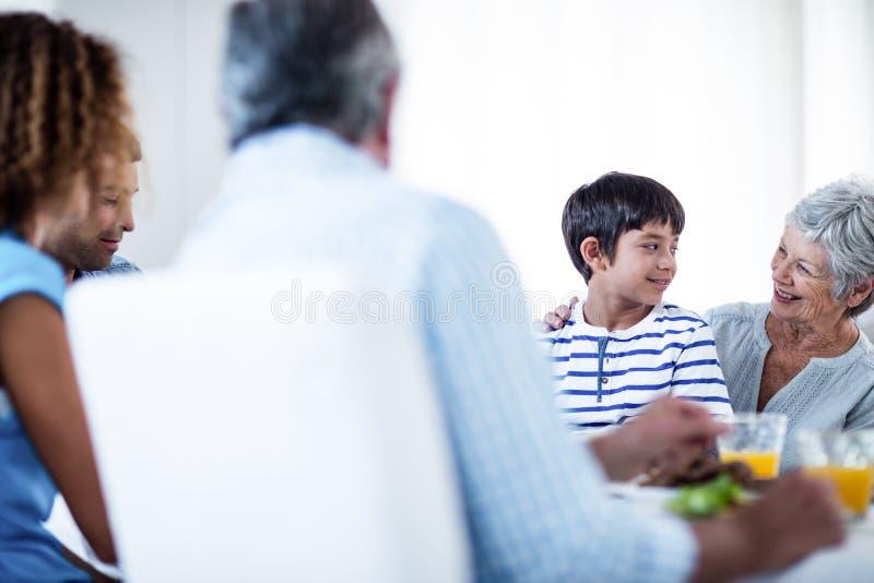 Бабушка и внук имея завтрак с семьей стоковое изображение rf