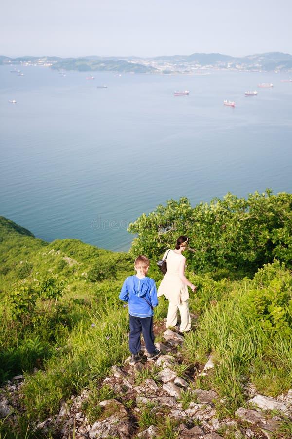 Бабушка и внук приходят вниз от горы. стоковое изображение