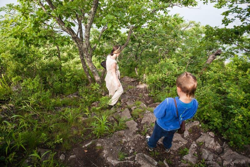 Бабушка и внук приходят вниз от горы. стоковое изображение rf