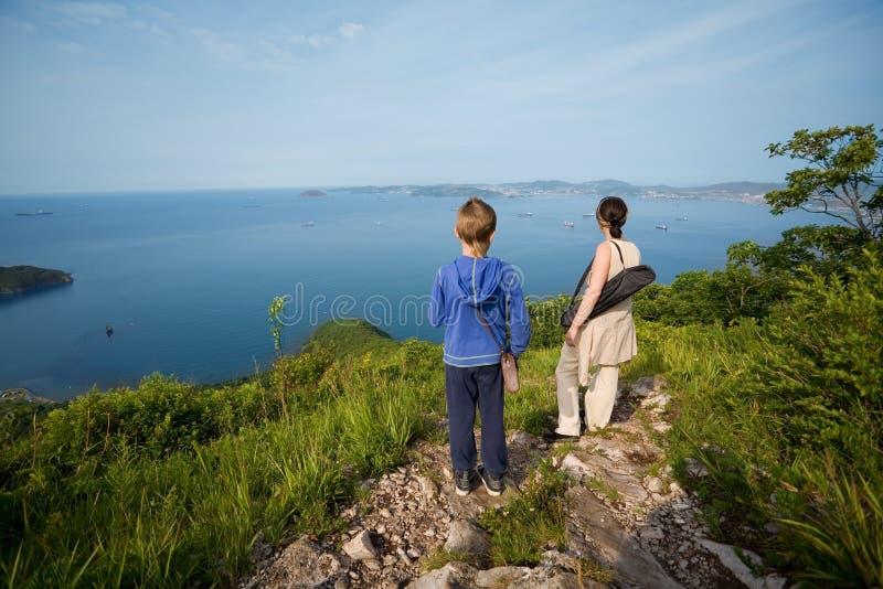 Бабушка и внук стоя na górze горы стоковые изображения rf