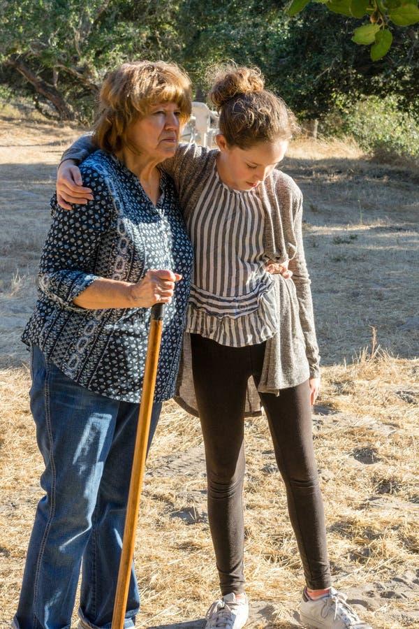 Бабушка и внучка на прогулке стоковые изображения